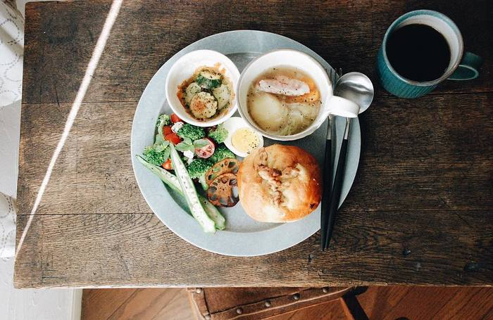 インスタに投稿されているワンプレートご飯の写真は、ほとんどが朝ごはんとのこと。具だくさんのポトフ、ズッキーニのチーズ焼き、サラダとベーグルと、1日を元気にスタートできる大満足のプレートですよね。朝の光の入り方もナチュラルで素敵。