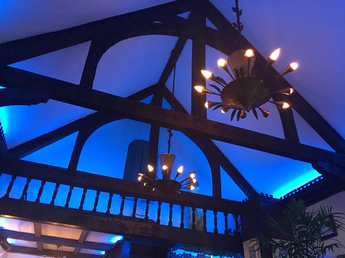 一歩店内に入ると、そこは幻想的な「青」の世界。ソワレとはフランス語で「夜会」という意味なんだそう。  創業当時から変わらず淡いブルーの照明に包まれ、BGMが一切ない店内は、外の喧騒からかけ離れた静寂と独特の雰囲気があり「非日常」に浸れる空間に。