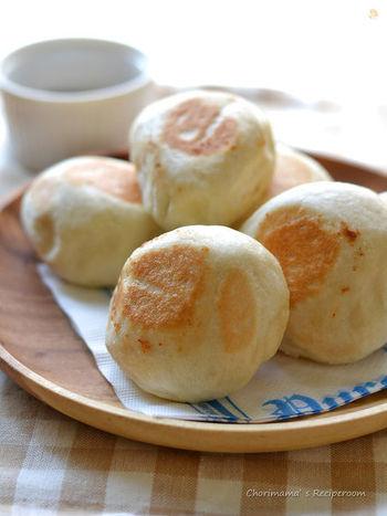 レンジとフライパンで作れちゃう美味しい塩パン。オーブンがなくてもパン作りができるなんて嬉しいですね。