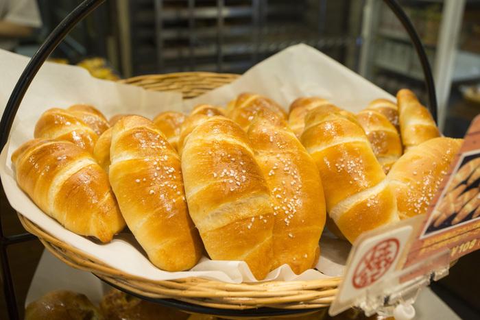美しく輝く塩パンは焼き立てがあればラッキーですね。手頃な価格のパンばかりなのでついついたくさん買ってしまいそう。