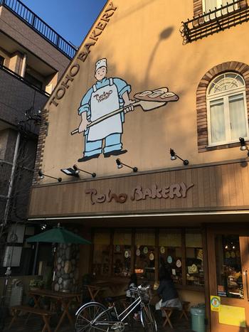 JR中央線三鷹駅と吉祥寺駅の中間あたりに位置するこちらのパン屋さん。近くにはジブリ美術館があります。壁に掛かれたパン職人の絵は、初めて訪れる人にも分かりやすい店構えです。