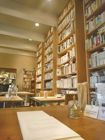 店内には純文学からサブカル本やマンガも置いてあります。また、一部の古書は購入も可能です。