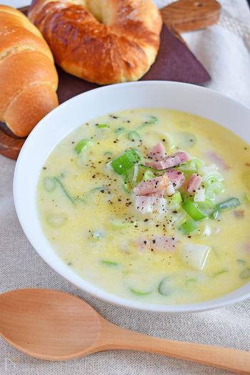 ねぎの甘さと豆乳のクリーミーさが美味しい豆乳とベーコンのスープ。さっぱり味のスープとの組み合わせに、パンをついつい食べ過ぎちゃいそう。