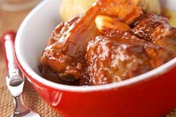 トマトソースなどのソース系料理とパンの相性は◎ しっかりソースの絡んだスペアリブとあっさり塩味の塩パンで美味しいディナーの完成です。