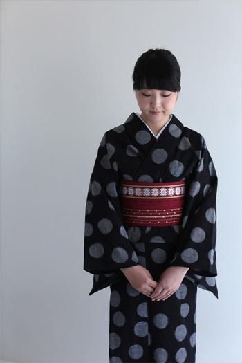 無形文化財・伝統工芸品にも指定されている久米絣の着物です。合わせる帯の色によって表情が変わります。シンプルに粋に着こなしたいですね。