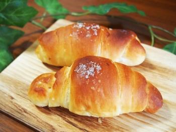 塩パンとはオーストリア発祥のパンで「ザルツシュタンゲン」という名前のパンが日本では「塩パン」と呼ばれています。塩とバター、小麦粉が主役のシンプルなパンですが、それゆえパン屋さんの実力が問われるパンともいわれています。  カリカリ・もちもち・じゅわ~っと美味しい塩パン。都内でおすすめの塩パンが美味しいお店をご紹介♪ そして、焼きたての美味しい塩パンを楽しみたい方へ。チャレンジしやすい塩パンの手作りレシピと、一緒に合わせて食べたいおすすめレシピをご紹介します。