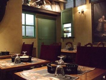 店内には焼きたてパンの香りが漂い、奥には落ち着いた雰囲気のカフェが。アンティーク風の店内はシャンソンが流れるオシャレさ。カフェでゆっくりくつろいでから、自宅で塩パンを堪能するのもおすすめです。