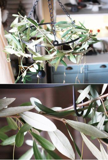 オリーブの枝で作ったリースをセリアのアイアンサークルフックにひっかけて、オーナメントを吊したらできあがり!