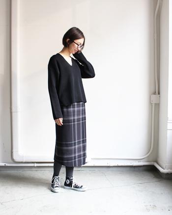 """女性を美しく見せるVネックのセーター。ブラックをセレクトすれば、女性らしさに知的さが加わります。ストンと落ちるシルエットが美しいグレーのチェックスカートを合わせれば、レディライクなコーデの完成◎。足元はハイカットのスニーカーで""""はずし""""を効かせるのがポイントです♪"""