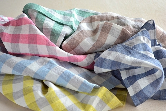 洗うほどに柔らかくなじむリネン生地。実はリネンは歪みやすいため、縫製だけでなく裁断も1枚ずつ手作業で行っています。洗いざらしをそのまま使うのもステキですが、ぴしっとアイロンをかけるとリネン特有のハリ感が楽しめます。シーンによって 使い分けてもらえたらうれしいですね。
