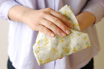 薄手のコットン生地で作られたハンカチは柔らかで、使い込むほどに生地が馴染んできます。31×31cmの小ぶりなサイズは、バッグやポケットに入れてもかさばらない大きさ。使うたびに1つ1つ丁寧に作られた職人さんとデザイナーさんの想いも伝わってきそう。