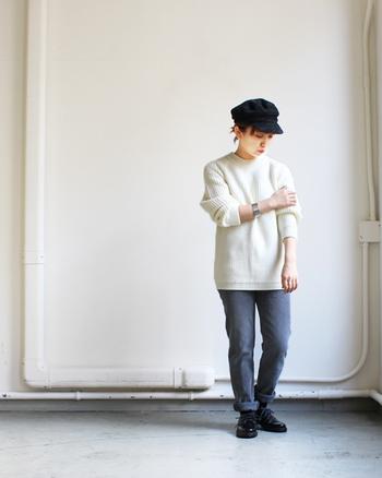 太めの糸で編んだ立体感のある編み柄が目を惹く、真っ白のプルオーバーを主役に。メンズライクなシルエットのセーターと程よくタイトなパンツのバランスが綺麗。どことなく少年っぽいスタイリングを大人の女性がすると可愛いですね。白のセーターが際立つように、パンツはグレー系、小物は黒でまとめて。
