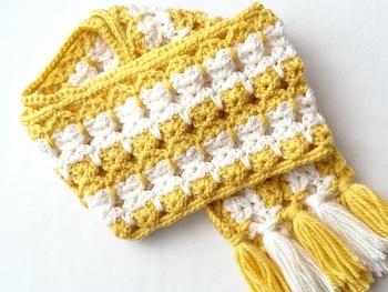 こちらは2色の毛糸で編んだふっくらとしたマフラーです。フリンジをつけるだけで印象がグッとチャーミングになります。