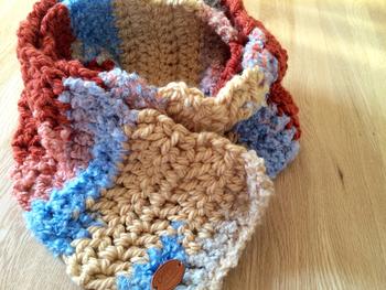 シンプルな編み方でも、編みながら毛糸を変えていくとこんなにキュートなマフラーになります。余った毛糸を色々使って編むこともできますね。