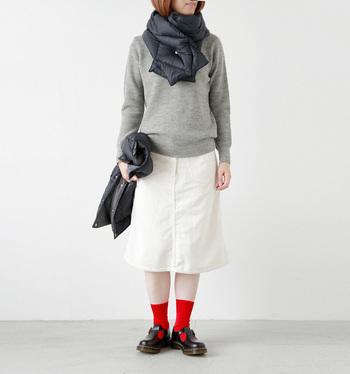 「グレーのニット×真っ白なスカート」のシンプルコーデに、ちょっとめずらしいダウンのマフラーをON。大きめのダイヤ柄キルティング×上品ブラックで、巻くだけで大人のスポーツMIXコーデがつくれます。どんなスタイリングにもすっと溶け込む使い勝手の良さと、程よいボリューム感も魅力的。