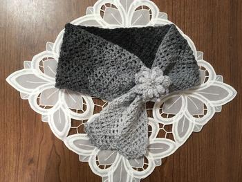 クレーのグラデーションになった毛糸で編み上げたら、レディライクなルックスに。同じ毛糸でモチーフブローチを編んでアクセントにしてもおしゃれです。