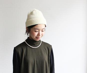 真っ白いシンプルなニットキャップでスポーティさを演出しながら、パールのネックレスでエレガントさもプラスする上級者テク。小物同士でコントラストを楽しむのは意外と簡単なので、ぜひデイリーコーデに取り入れてみてください。洋服はシンプルなデザインをセレクトした方がすっきり見えますよ。