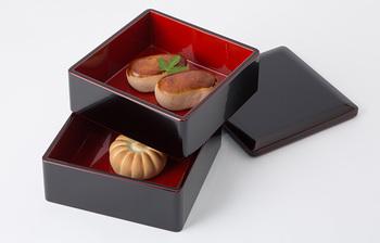 福井県鯖江市で越前漆器を200年に渡り制作している「漆琳堂」。つややかで美しい本漆手塗りの重箱は、4.5寸(約13.5cm)角と、2~3人用の食べきり程度のおせちにピッタリ。他に和のおもてなしの容器としても使えて便利です。
