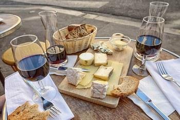 ちょっとお高いチーズでも、日常の食卓に並べて楽しむのがフランス流。パンもチーズも発酵食品なので相性がよく、味わい豊かになります。ワインとチーズとバゲットで、ちょっと贅沢な週末を演出してみるのはいかがでしょうか。