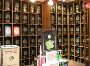 35ヵ国500種類もの紅茶を取りそろえているという店内は、目移りしてしまうほどの豊富なラインナップ。フレーバーティーの香りに囲まれているだけで癒されそうです。