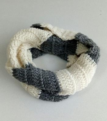 """毛糸をかえて""""しましま""""にしたり、長く編んで二重に巻けるようにしたり。アレンジも色々楽しめます。"""