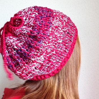 こちらの帽子はなんと2WAYなんです。てっぺんをキュッと絞るようになっているので、帽子としてはもちろん、スヌードとしても使えるスグレモノ!