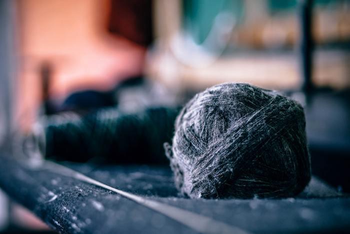 ヤクは標高3,000メートル、氷点下30℃の草原や岩場に生息するウシの仲間で、寒さに強い動物としても知られています。毛はとても良質で希少な素材であることから、ニットやコート、ジャケットなど、多くの衣類に幅広く使われています。