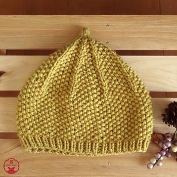 頭のてっぺんがとんがっていて愛らしいどんぐり帽子。かぶりくちのゴム編みは途中で棒針に変えても、かぎ針で引き上げ編みにしてもOK。