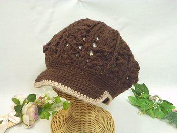 """チョコレート色のふっくらとした毛糸を使って""""玉編み""""で編んだキャスケット。つばの部分に芯を入れて編んでいきます。  糸をコットンやリネンにかえると春夏用のキャップも編めますね。"""