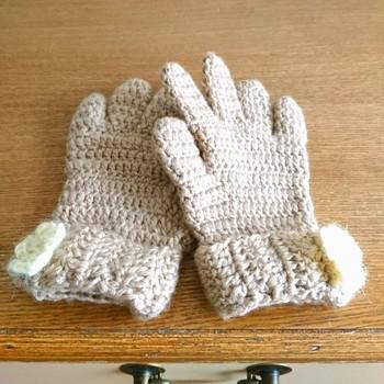 かぎ針編みなら、難しくて敬遠しがちな5本指の手袋も大丈夫♪モチーフやリボンで自分らしさをプラスしてみて。