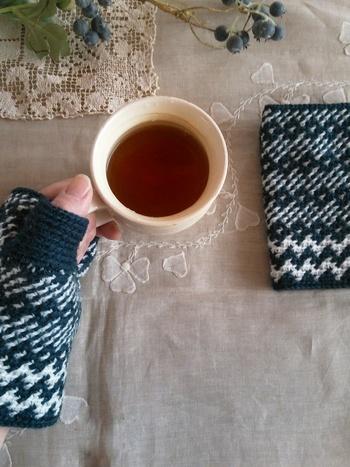 2色の毛糸で編み上げたノルディック柄のハンドウォーマーです。色違いでたくさん編みたくなりますね。