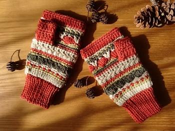 たくさんの模様編みを一段ずつ編んだカラフルでキュートなハンドウォーマーです。模様編みの練習にもなりそうです。メインカラーをチェンジして編んでお友達にプレゼントしてもいいかも!