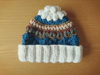 毛糸と編み方をを一段ずつかえて編んだとってもキュートな帽子もいいですね。かぶりくちは折り返してかぶります。