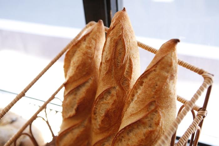 北海道産小麦と液体天然酵母、発酵バターを使用してつくられる「メゾン・イチ」のパン。ハード系を中心に、キッシュやフルーツたっぷりのタルトなどが楽しめます。おすすめはバゲットで、先端のとんがり頭が絶妙にパリッとしています。噛めば噛むほど生地の美味しさが感じられますよ。