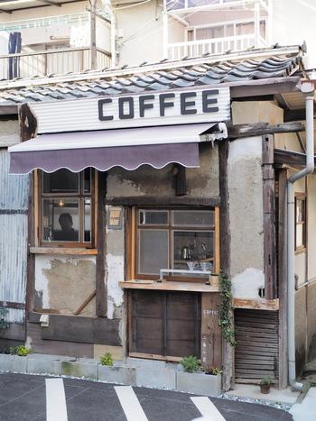 地下鉄東西線 二条城前駅1または3番出口から徒歩1分。古い民家をリノベーションした小さなコーヒースタンドがあります。