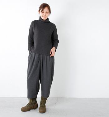 寒い季節はウインターブーツもスポーツMIXのコーデに大活躍。細身のパンツをブーツインするのが定番な着こなしですが、こんな風に半端丈のゆったりパンツに合わせたリラックススタイルも素敵です。カーキのブーツ×上下グレーの配色も洗練された印象で◎。