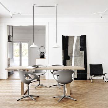 シンプルイズベスト!ダイニングテーブル上の低い位置まで吊り下げて手元を照らすと、ぐっとオシャレな雰囲気UP。また、高い位置で多灯吊りにして、全体を照らしてもいいかもしれませんね。