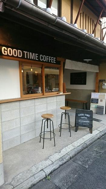 JR丹波口駅から徒歩10分。デザインオフィスが運営する築100年以上の町家を新しくリノベーションさせたコーヒースタンドです。和と洋が混在した佇まいは、シンプルだけどとてもおしゃれです。