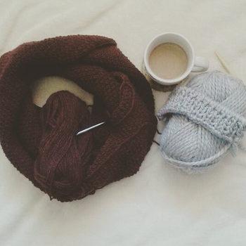 毛糸を編み上げていくので、編んでいるときも出来上がっていくニットが腰や膝あたりにふんわりとかかり、あたたかいのがまた嬉しいんです。