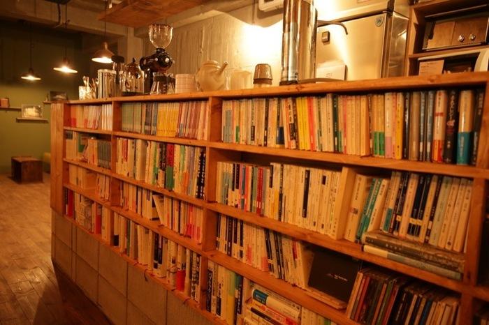 整然と並んだ本たち。「静けさが約束された環境で、思う存分読書に耽る、最高の読書環境を目指す」というコンセプトなので、おひとり様大歓迎、私語禁止です。基本的には何をして過ごしてもいいのですが、パソコンを利用した作業はできません。