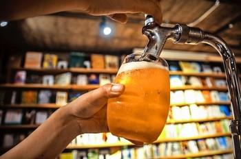 本を読みながらアルコールが飲めるので、仕事終わりはお気に入りの本を読みながら一杯というのも素敵ですね。
