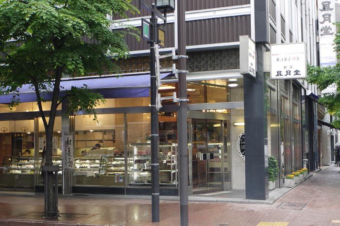 地下鉄丸ノ内 銀座・日比谷線、銀座駅から徒歩2分。銀座の並木通り沿いにあり、ロケーションも素敵です。ゆったりとしたお茶の時間を和菓子と一緒に楽しみましょう。