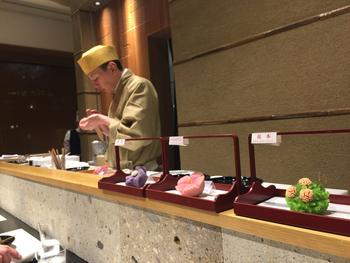 こちらでは、お寿司屋さんのカウンターのように、目の前で生菓子を作る様子を見ることができます。