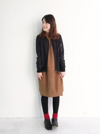 赤と茶色は暖色系なので、女性らしい柔らかさのあるコーデに仕上がります。タイツ+靴下orレッグウォーマーで防寒力もアップ♪