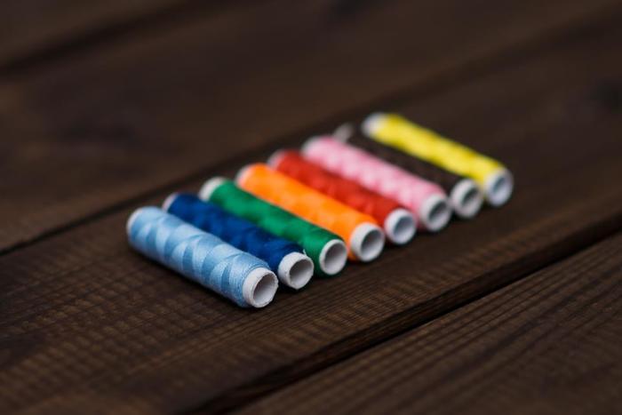 赤であれば深い赤やボルドー系の赤、黄色なら青みがかったようなクールな黄色が似合います。温かみがある色よりは、原色系のクールな印象を与える色を選ぶのがおすすめ。