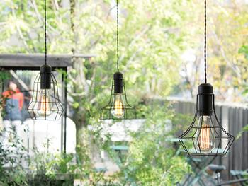 一つだけでなく、形違いのデザインと合わせて多灯吊りにするのも素敵です。シンプルなデザインはウッドやグリーンのような自然の素材からコンクリートのような無機質な物まで、多種多様な空間にマッチします。