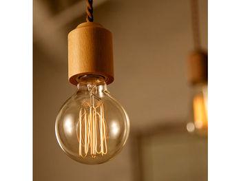 ぬくもりのある天然木のソケットに電球を組み合わせる、と言う意外にも思える組み合わせが光るシンプルライト。とことん装飾感の感じられないミニマムなデザインに、こんなのが欲しかった!という声も多いペンダントライトです。