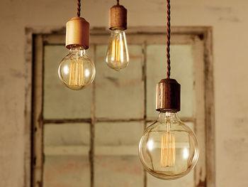 細いツイストコードがレトロ感を演出します。ホワイトオークを使った天然木の質感は、柔らかくファンタジックな雰囲気を醸し出してくれますね。LED電球にも対応していますが、フィラメントを使ったアンティーク電球やカーボン電球も選べるので、レトロなお部屋を作りたい方はこだわってみるのもいいですね。