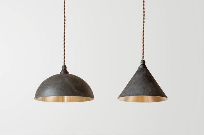 真鍮鋳物の老舗が立ち上げたブランド 「FUTAGAMI」がお届けする真鍮製ランプシェードは、真鍮でしか出せない金属の表情が魅力です。外側の黒色は、高岡鋳物の独特の技法『黒ムラ』を用いています。漆をベースした塗料で着色し、更に熱を加えることでムラやツヤを出していく伝統の技なんです。