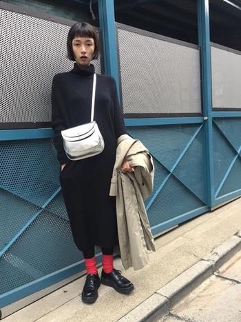 黒コーデに合わせた真っ赤な靴下が目を引くモードなスタイル。ロングコートを羽織っても足首から覗く靴下が、カッコイイコーデに見せてくれます。
